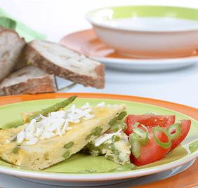 Tortilla con espárragos verdes y queso