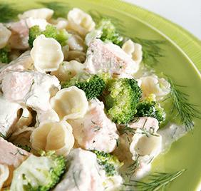 Pasta cremosa con salmón y eneldo